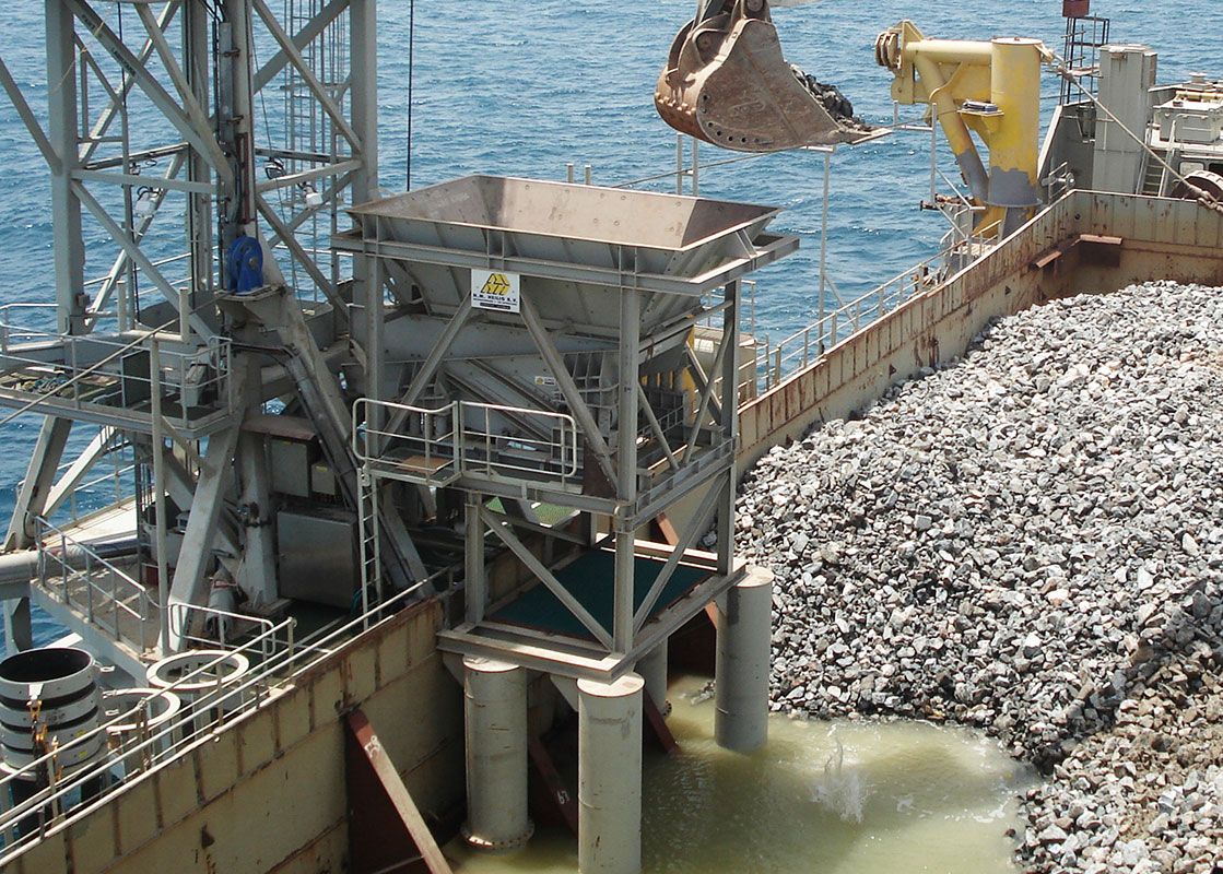 Bunker on fall pipe vessel loading stones