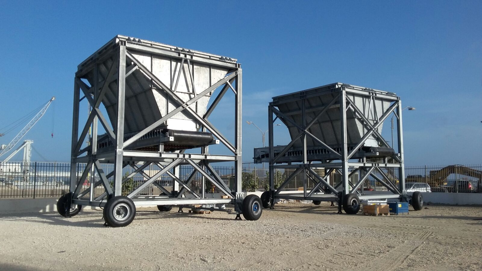 Mobile Hopper As Temporary Storage Or Feeding System N M