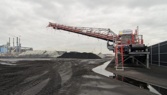 Stacker transloading dry bulk goods to stockyards