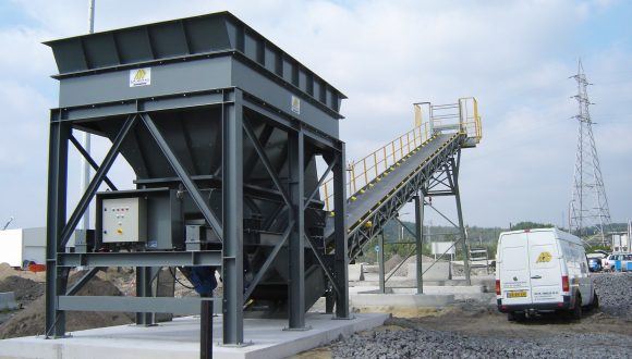 Storage bunker for loading belt conveyor