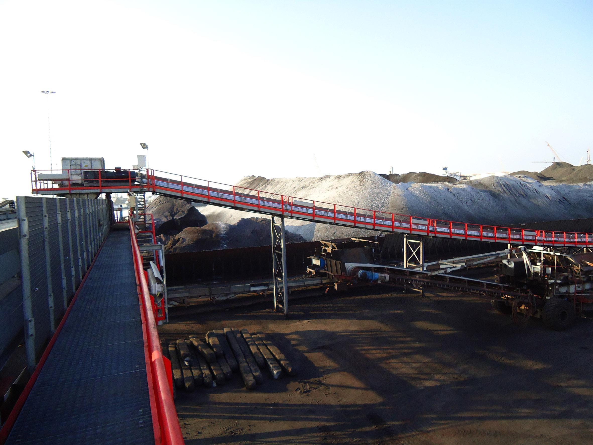 Convoyeurs de transbordement et trémies pour terminal charbonnier