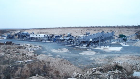 sorting and crushing installation for inert material and waste
