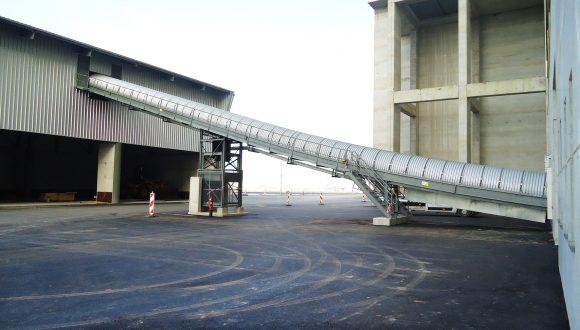 Belt conveyor for conveying bottom ash