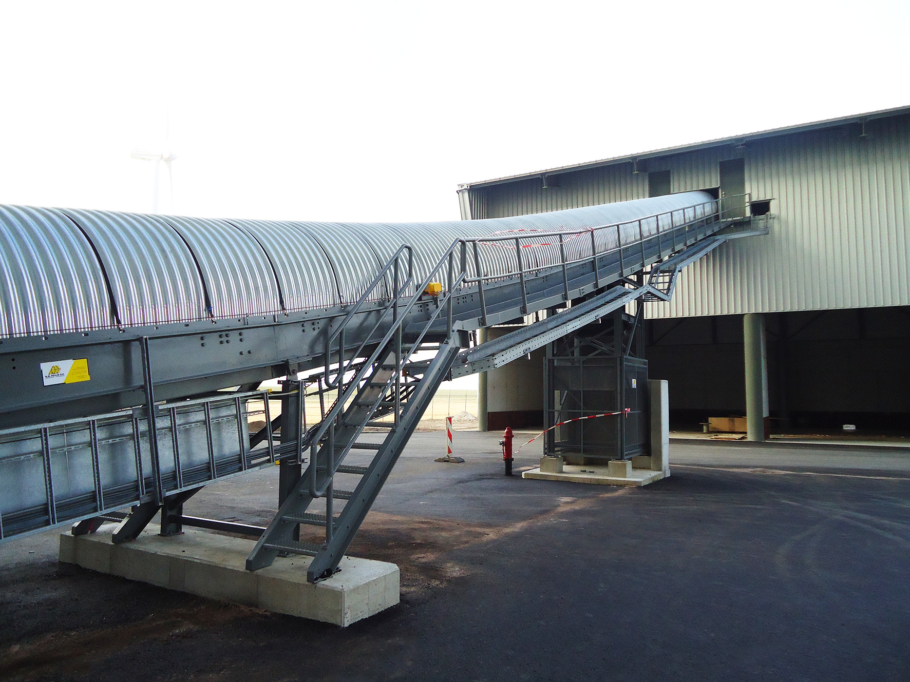 Belt conveyor with cover