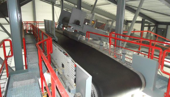 Belt conveyors for conveying bottom ash