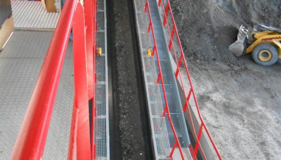 belt conveyor conveying bottom ash