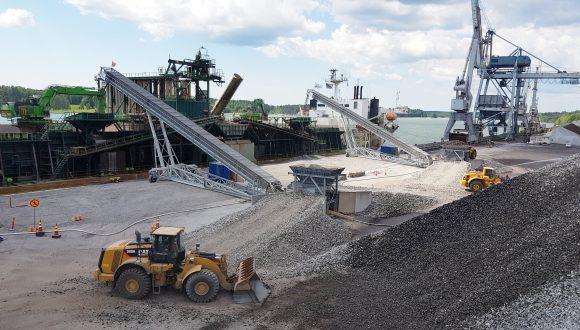 Mobile radial stacker conveyors for shiploading