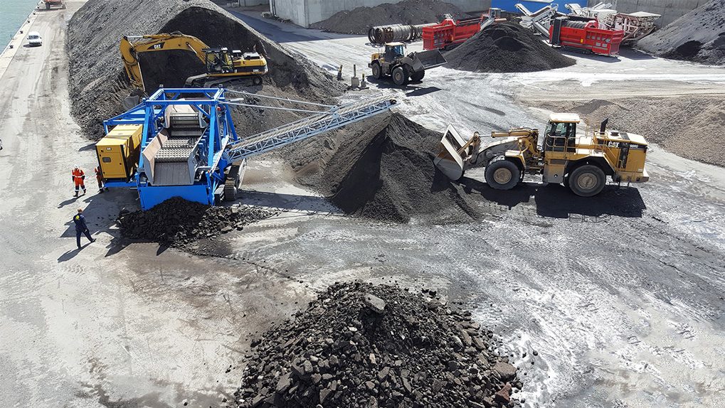 Mobile screening machine for asphalt recycling